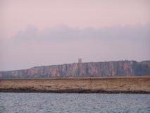 Kustlijn met watchtower Stock Afbeeldingen