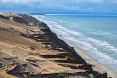 Kustlijn met zandduin en watergolven in ochtendhemel met mooie toneelmening, Denemarken royalty-vrije stock foto's