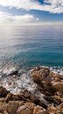 Kustlijn in Nice met rotsen en golven Royalty-vrije Stock Fotografie