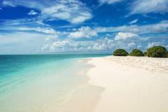 Kustlijn op het koraalatol Het tropische eiland van Paradise, wit zand en duidelijk water royalty-vrije stock fotografie