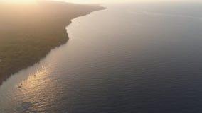 Kustlijn tijdens zonsondergang stock videobeelden