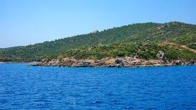 Kustlijn van Ammouliani-eiland, Athos, Chalkidiki, Griekenland stock foto's