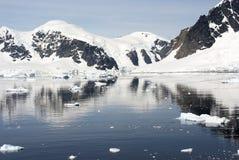Kustlijn van Antarctica met ijsvormingen royalty-vrije stock foto