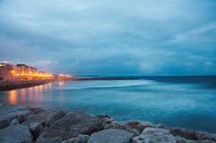 Kustlijn van de Atlantische Oceaan na zonsondergang Stock Fotografie