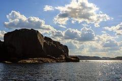Kustlijn van de Barentsz Zee in de noordelijke polaire zomer Kolaschiereiland, Rusland stock afbeeldingen