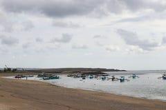 Kustlijn van de Indische Oceaan en de boten in het eiland van Bali in Indonesië royalty-vrije stock fotografie