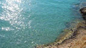 Kustlijn van de overzeese de oceaan mooie blauwe zonnige dag zonkust, luchthommel stock video