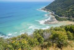 Kustlijn van een rotsachtig strand langs de Grote Oceaanweg, Victoria Stock Foto's