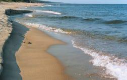 Kustlijn van het overzees, ongelijke zandige kust van de Oostzee stock afbeeldingen