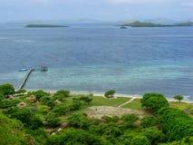 Kustlijn van Kanawa-Eiland in Flores-Overzees, Nusa Tenggara, Indones royalty-vrije stock afbeeldingen