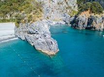 Kustlinje av Calabria, små viker och uddar som förbiser havet italy Flyg- sikt, San Nicola Arcella fotografering för bildbyråer