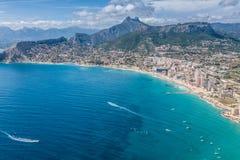 Kustlinje av den medelhavs- semesterorten Calpe, Spanien med havet och laken Royaltyfri Foto