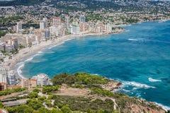 Kustlinje av den medelhavs- semesterorten Calpe, Spanien med havet och laken Royaltyfria Foton
