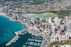 Kustlinje av den medelhavs- semesterorten Calpe, Spanien med havet och laken arkivbilder