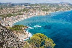 Kustlinje av den medelhavs- semesterorten Calpe, Spanien med havet och sjön arkivfoton