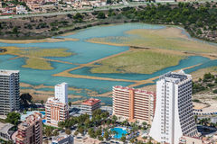 Kustlinje av den medelhavs- semesterorten Calpe, Spanien med havet och sjön arkivfoto