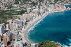 Kustlinje av den medelhavs- semesterorten Calpe, Spanien med havet och sjön Arkivbild