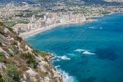 Kustlinje av den medelhavs- semesterorten Calpe, Spanien med havet och sjön Royaltyfria Bilder