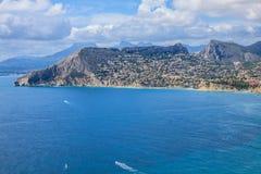 Kustlinje av den medelhavs- semesterorten Calpe, Spanien med havet och sjön Royaltyfri Foto