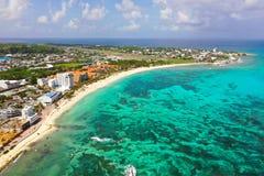 Kustlinje av en karibisk ö arkivbilder