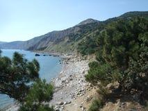 Kustlinje av havet med kullar Black Sea crimea arkivfoto