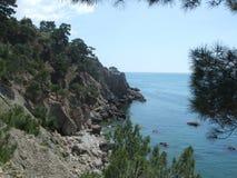Kustlinje av havet med kullar Black Sea Krim som skiner royaltyfria bilder