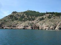 Kustlinje av havet med kullar och stenar på stranden Black Sea arkivbild