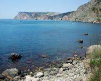 Kustlinje av havet med kullar och stenar på stranden Black Sea crimea arkivfoton