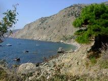 Kustlinje av havet med kullar och stenar på stranden Black Sea crimea arkivbilder