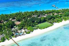 Kustlinje av Palm Beachsemesterorten och Spa, Maldiverna ö Arkivfoton