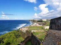 Kustlinje av San Juan, Puerto Rico och den forntida ensemblen för El Morro Royaltyfri Bild