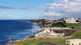 Kustlinje av San Juan, Puerto Rico och den forntida ensemblen för El Morro Fotografering för Bildbyråer