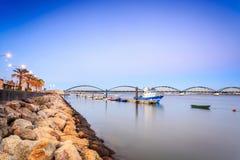 Kustlinje i Portimao, Algarve, Portugal Arkivfoto