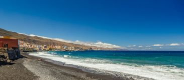 Kustlinje med den långa svarta sandstranden i staden Candelaria i den östliga delen av Tenerife i de spanska kanariefågelöarna arkivfoton