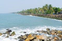Kustlinje med den skyddande havsväggen Royaltyfria Bilder