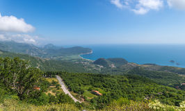 Kustlinje Montenegro från semesterorten Petrovac Arkivfoton