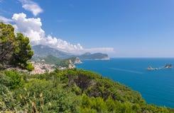 Kustlinje Montenegro och semesterort Petrovac Royaltyfria Bilder