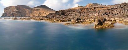 Kustlinje nära den gamla fyren av ön för Ponta DOS Capelinhos Faial, Azores fotografering för bildbyråer