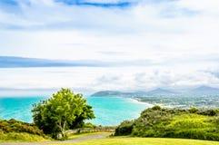 Kustlinje och irländskt hav vid Bray i Irland royaltyfria bilder