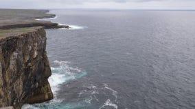 Kustlinje och klippor av Aran öar, Irland stock video