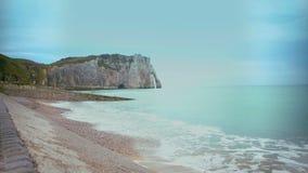 Kustlinje och klippor av den Etretat staden, Frankrike, härlig avslappnande sikt på naturen lager videofilmer