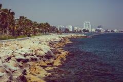 Kustlinje och promenad i Limassol, ? Cypern, Europa, medelhav Ljus solig dag och bl?tt vatten och himmel retro royaltyfria bilder