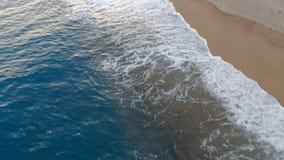 Kustlinje och vågor som tvättar sig över den stock video