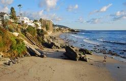 Kustlinje på Cress Street söder av den i stadens centrum Laguna Beach, Kalifornien Royaltyfria Bilder
