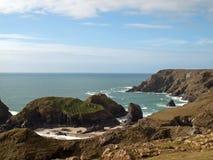 Kustlinje på den Kynance coven Cornwall Arkivbilder