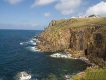 kustlinjeengelska som ut ser det steniga havet till Arkivfoto
