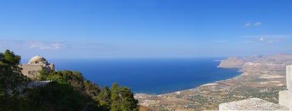 kustlinjeitaly panorama sicily Arkivbilder