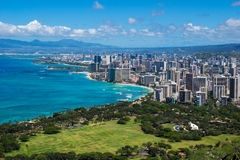 Kustlinjen av den Waikiki stranden som leder in i Waikiki och Honolulu Fotografering för Bildbyråer