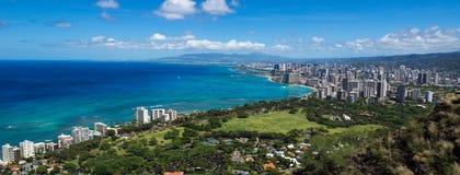 Kustlinjen av den Waikiki stranden som leder in i Waikiki och Honolulu Royaltyfri Fotografi