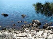 Kustlinjen av havet med vaggar och stenar på stranden Black Sea crimea royaltyfria foton